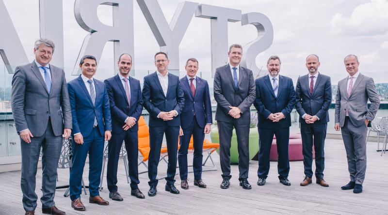 Im Bild links Kurt Kribitz als ressortzuständiger Styria-Vorstand mit Vertretern der Zulieferindustrie nach der Vertragsunterzeichnung in Graz
