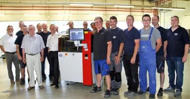 Nela: 2000ste optische Registerstanz- und Abkantmaschine